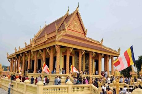 Ha Noi celebrates Theravada Buddhists' robe-offering festival - Travel guide