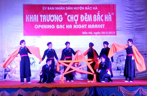 Bac Ha opens night market