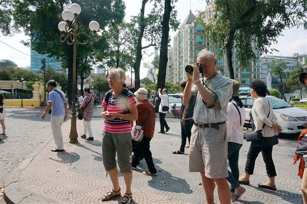 Visa fees for int'l tourists to fall sharply next month