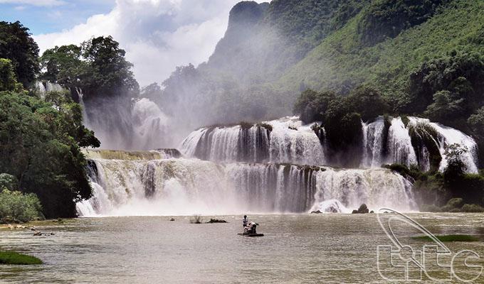 stunning-ban-gioc-waterfall