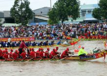 Over 500 Khmer race boats at Ooc Om Boc Festival